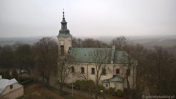 Widok na neobarokowy kościół Przemienienia Pańskiego z pocz. XIX w.