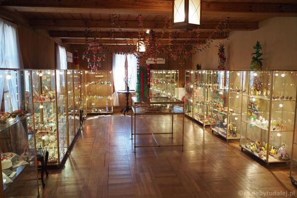 W środku mieści się Muzeum Pisanek!