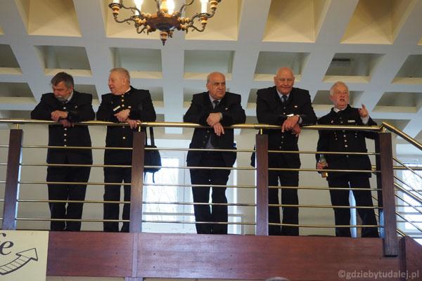Wieliccy przewodnicy czekają na swoje grupy.