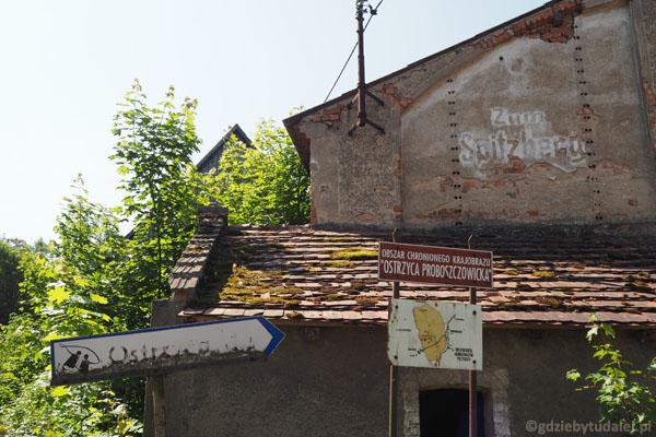 Drogowskazy na Ostrzycę - również stary niemiecki.