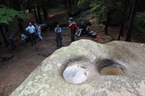 A to źródło wodospadu... Odcisk pośladków Kunegundy.