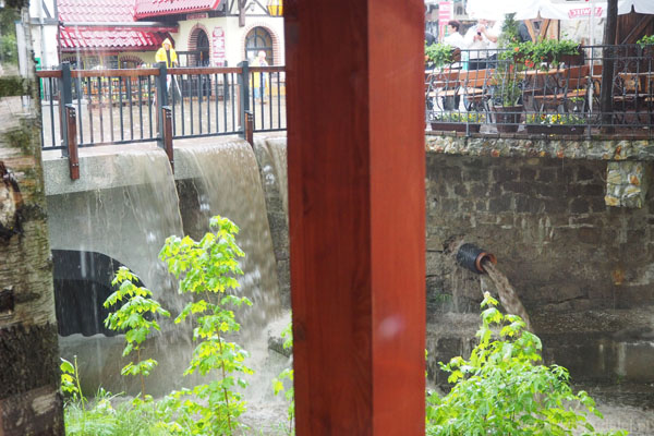 Atrakcje okołoobiednie - za oknem ulewa i Wodospad Brudasek.