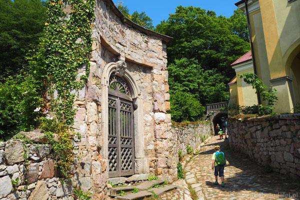 Idziemy do zamku ścieżką na tyłach Pałacu Lenno.