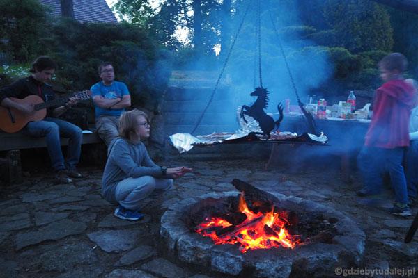 A wieczorem... Płonie ognisko i szumią knieje!.