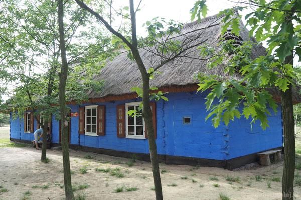 Wita nas XIX-wieczny budynek dawnej szkoły.