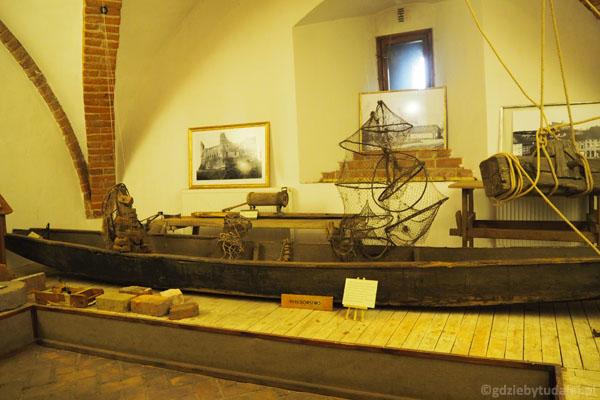 Zwiedzanie zamku zaczynamy od ... ekspozycji etnograficznej. Tu najcenniejszy eksponat - łódź z XVIII w.