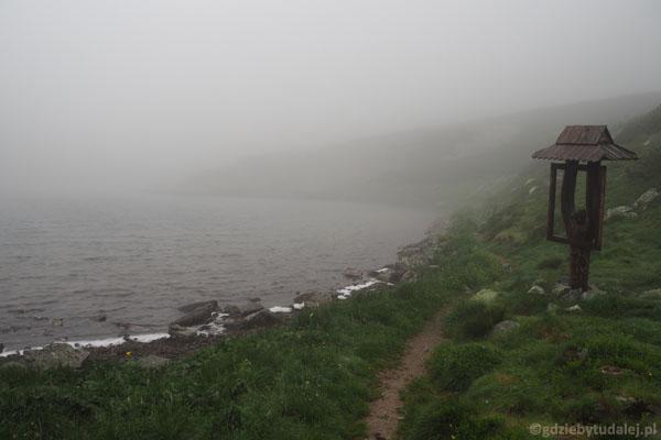 Niżni Staw Jamnicki. W tej mgle ledwo go widać...