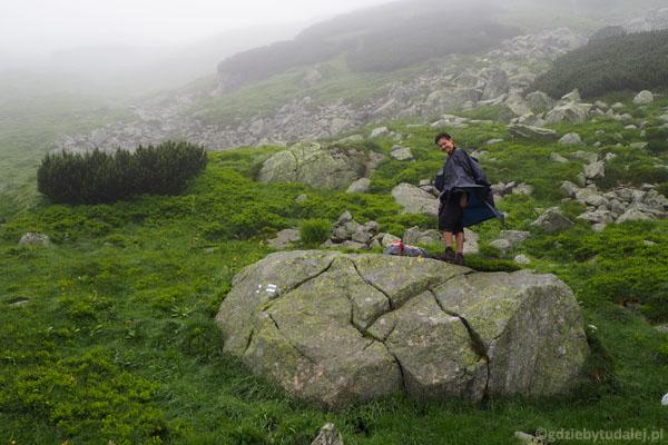 Postój na kamieniu - uciekamy od mokrych trawek.