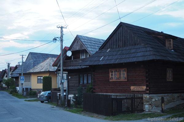 W Zubercu można zanocować w tradycyjnych drewnianych chatach.