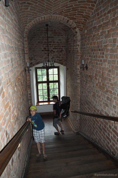 Schodzimy końskimi schodami - mógł tędy wjechać na zamek rycerz w pełnej zbroi.