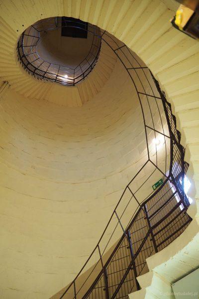 Na górę wiodą kręte, wąskie schody.