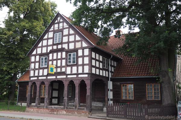 Szachulcowy dom podcieniowy, wybudowany w 1820 r.