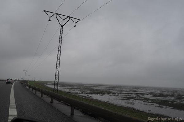 Droga na wyspę Rømø prowadzi groblą wśród wattów