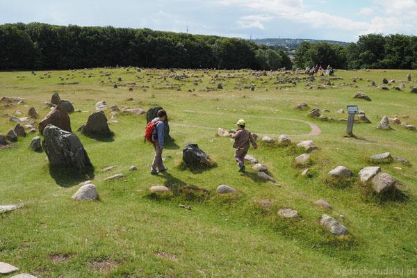 W pobliżu szczytu wzgórza najstarsze grobowce w kształcie trójkątów