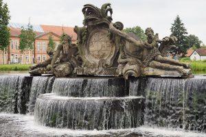 Rzeźby na kaskadzie symbolizują rzeki Stör i Rögnitz