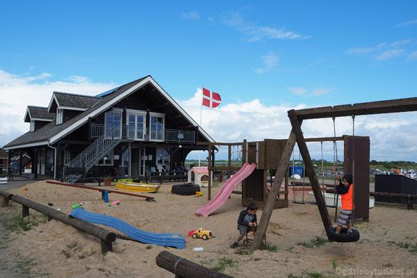 Spacer na plażę nad Kattegatem. Przy porcie jest miły plac zabaw