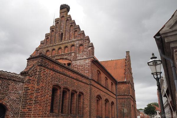 Budynek starego ratusza, na nim gniazdo bocianów, jak na Miasto Bocianie przystało