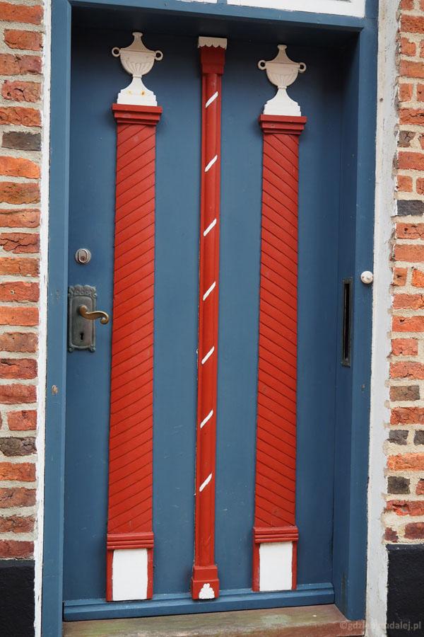 M. zachwycała się kolorowymi drzwiami