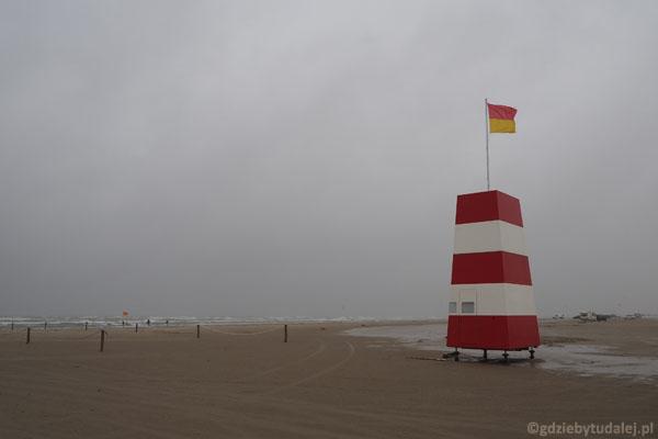 Budka ratowników na plaży w Lakolk