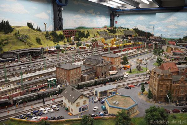 Są wielkie stacje wielkich kolei...