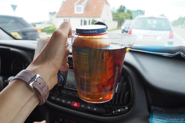 Herbata z termosu (którą potem wypijemy) grzeje obiadek Grzesia - trzeba sobie jakoś radzić