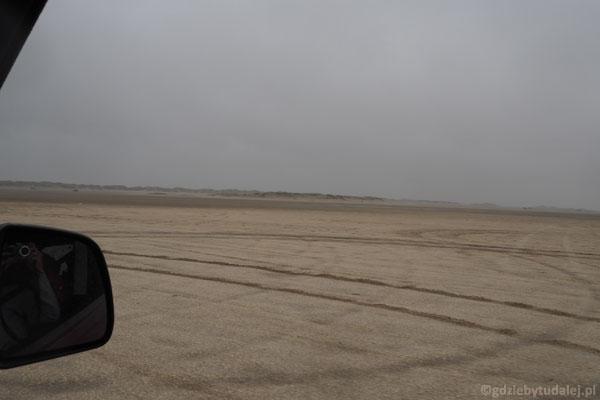 Czas wracać, za 700-metrową plażą widać pas wydm