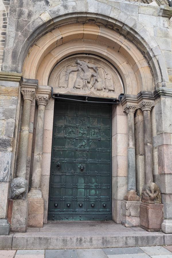 Słynny romański portal ze sceną zdjęcia z krzyża