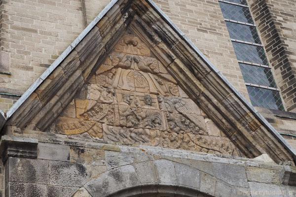 Chrustus królujący wśród aniołów. Obie płaskorzeźby z ... XII w.