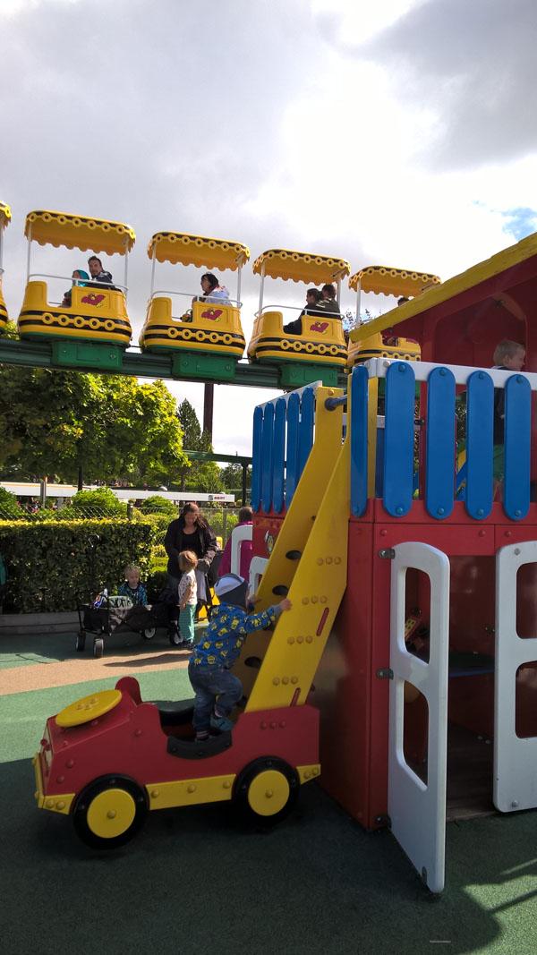 Plac zabaw nawiązuje do klocków Duplo