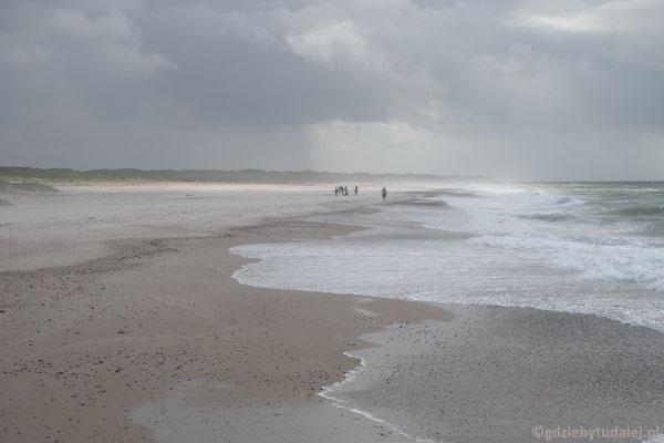 Z plaży przeganiają nas porywiste podmuchy wiatru
