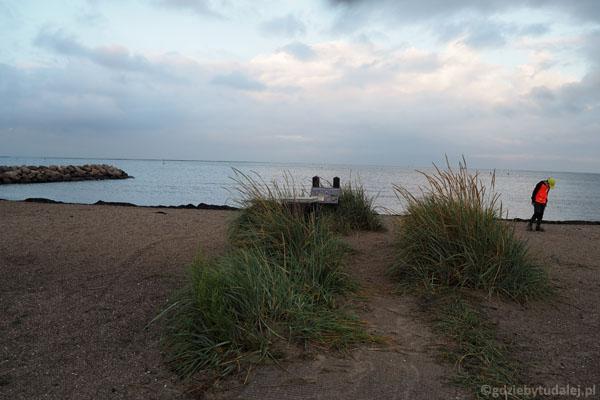 Wieczorny spacer na plażę w Egense