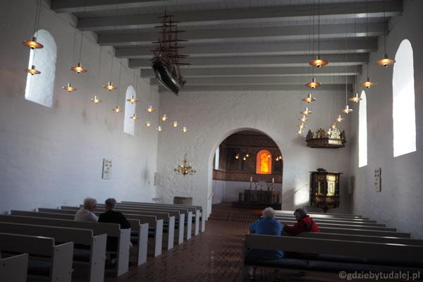 Wnętrze kościoła w Jelling - w prezbiterium freski z XII w.