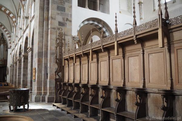 500-letnie stalle, w tle chrzcielnica z XV w.