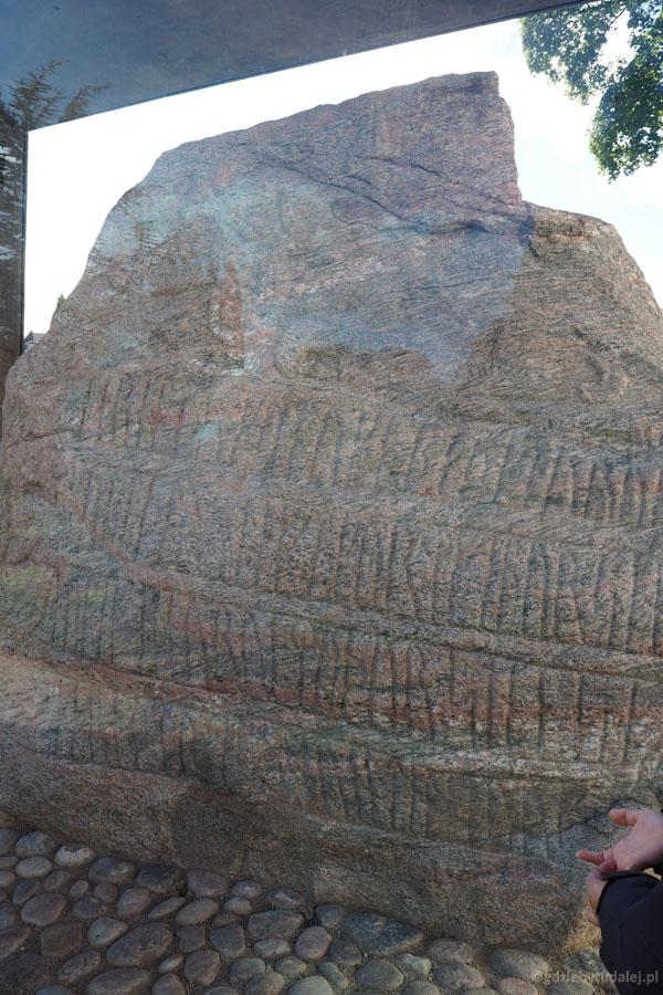 Mniejszy kamień z runicznym napisem upamiętniającym Thyrę, żonę Gorma.