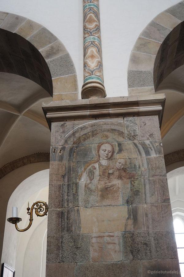 Zachowały się nieliczne średniowieczne freski