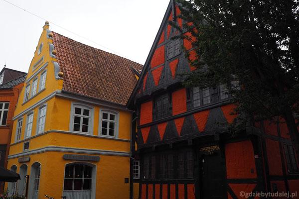 Na starówce można spotkać stare kolorowe domki