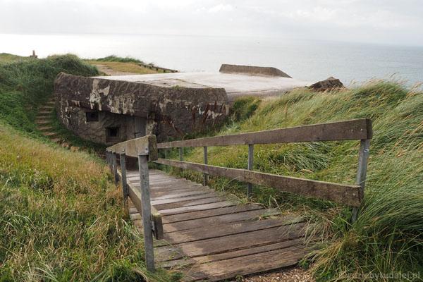 Niemieckie bunkry z okresu II wojny światowej wpasowane w ukształtowanie terenu.