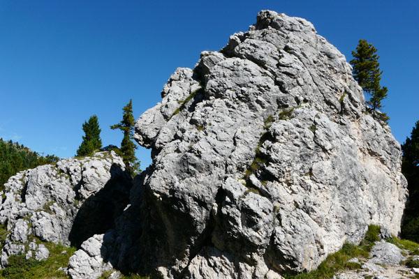 Najpierw idziemy wśród imponujących obrywów skalnych