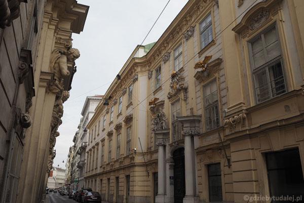 Po prawej budynek starego ratusza. Reprezentacyjne gmachy tłoczą się w ciasnych uliczkach.