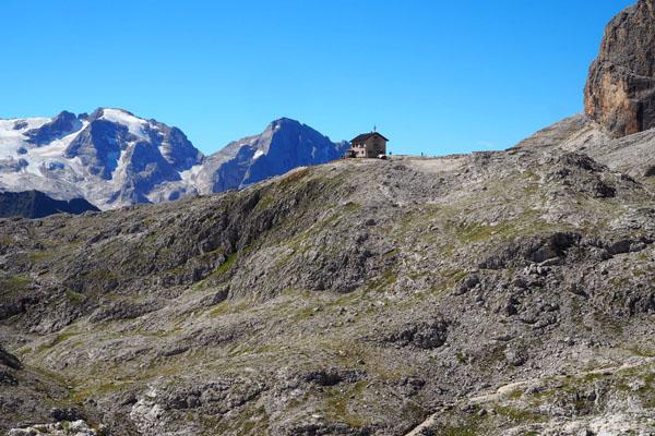Po zejściu z wyciągu kierujemy się do schroniska Kostner (2541 m).