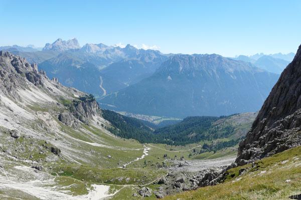 Widok z przełęczy Vaiolon na wschód, po lewej Marmolada i Ombretta.