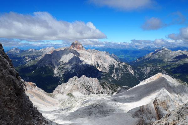 W panoramie dominuje imponująca Croda Rossa.