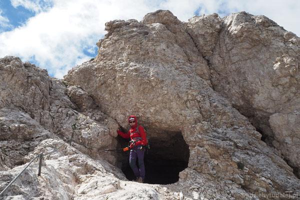 Na początku ferrata przeprowadza przez krótki tunel.