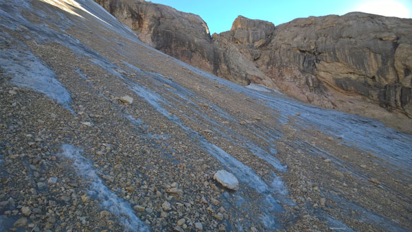 Największy problem sprawia twardy lód, przysypany warstwą kamieni.