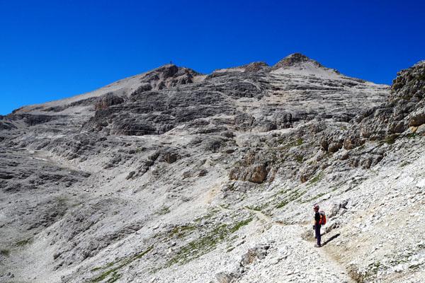 Nasz cel - po prawej grań Cresta Strenta, po lewej - szczyt Piz Boé.