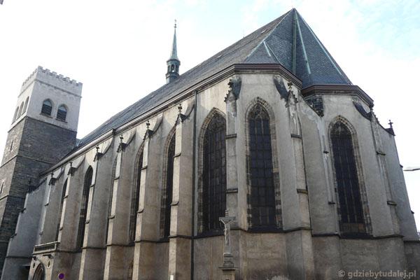 Kościół św. Maurycego z dwiema asymatrycznymi wieżami pochodzi z przełomu XV i XVI w.