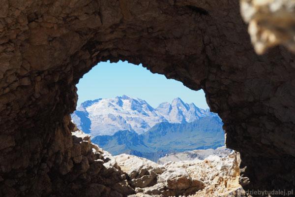 Patrzymy przez okno skalne, a tam - Marmolada.
