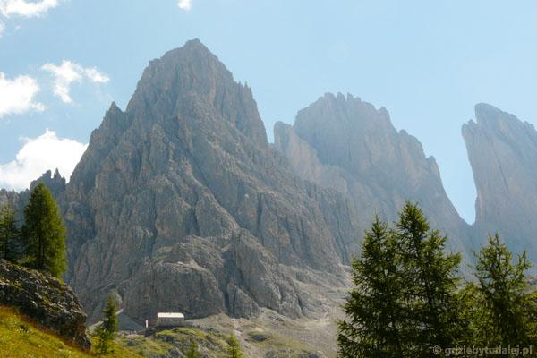 Przytulone do skał schronisko Vincenza.