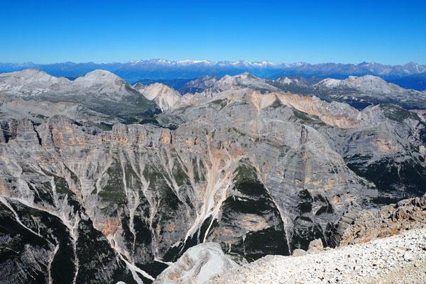 Widok z Tofany di Dentro, północny horyzont zajmują Alpy.