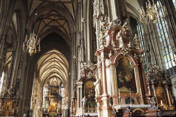 Wnętrze katedry aż przytłacza nas-maluczkich.